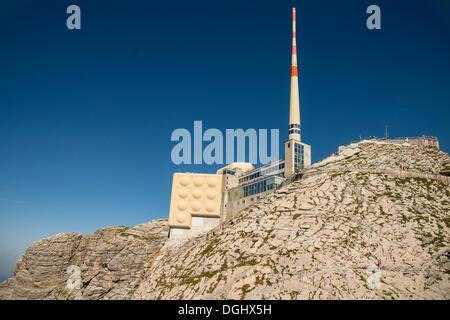 Restaurant und Observatorium mit einer Antenne am Berg Säntis, erkundet, Säntis, Kanton Appenzell Ausserrhoden, - Stockfoto