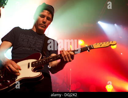 """LuK Zimmermann, Gitarrist der Schweizer pop-Band """"Lunik"""" live auf der Schueuer-Konzerthalle, Luzern, Schweiz - Stockfoto"""