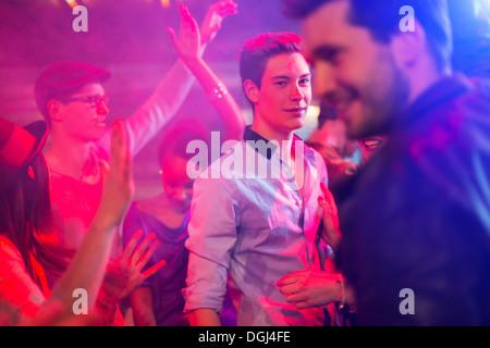 Teenager, die umgeben von Gruppe von Menschen tanzen auf party - Stockfoto