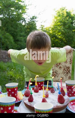 Porträt des jungen Geburtstagskerzen Ausblasen hautnah - Stockfoto