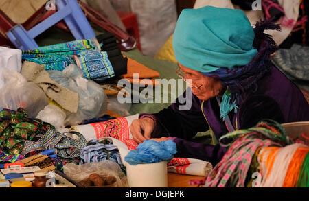 Nähen-alte der ethnischen Gruppe der Hmong, alte mechanische Nähmaschine auf dem Markt der Sapa oder Sa Pa, Provinz - Stockfoto
