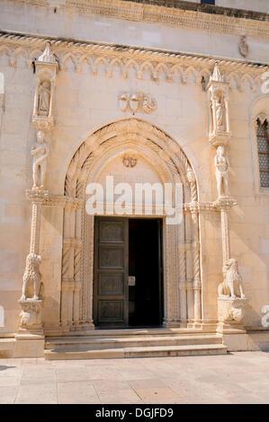 Romanisches Portal der Kathedrale von St James in Sibenik, Kroatien, Europa - Stockfoto