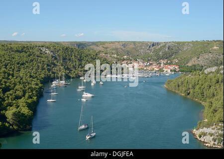 Blick über die Bucht mit Segelschiffen und einer Stadt, Skradin, Kroatien, Europa - Stockfoto
