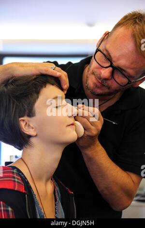 Mädchen, 14, beim Friseur, Make-up aufgetragen, mit eyeliner - Stockfoto