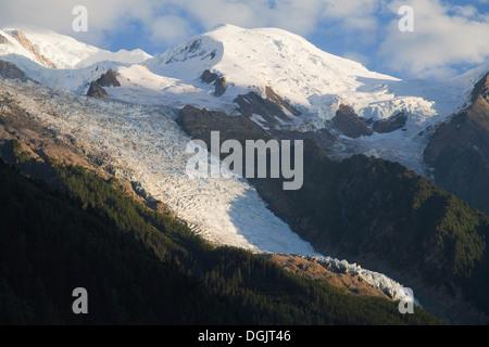 Glacier des Bossons und Dome du Gouter in der Abenddämmerung von Chamonix, Haute-Savoie, Frankreich. - Stockfoto