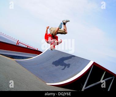 Ein Parkour-Sportler einen Purzelbaum durchführen. - Stockfoto