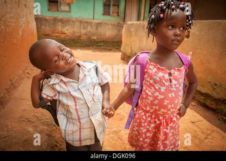 Schulkinder in einem Slum in Entebbe, Uganda, Ostafrika. - Stockfoto