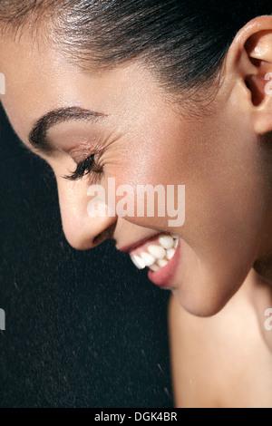 Frau mit geschlossenen Augen Lächeln - Stockfoto