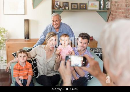 Person nehmen Foto von drei Generationen-Familie - Stockfoto