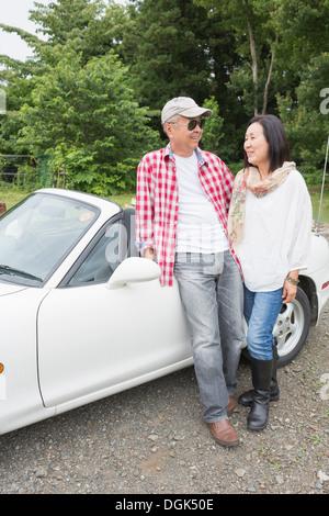 Paar stand neben dem Auto - Stockfoto