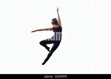 Tänzerin in der Luft auf weißem Hintergrund - Stockfoto