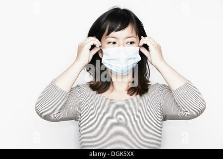 Porträt der Frau mit Gesichtsmaske - Stockfoto
