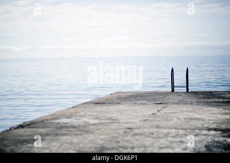 Steg ins Meer hinein - Stockfoto