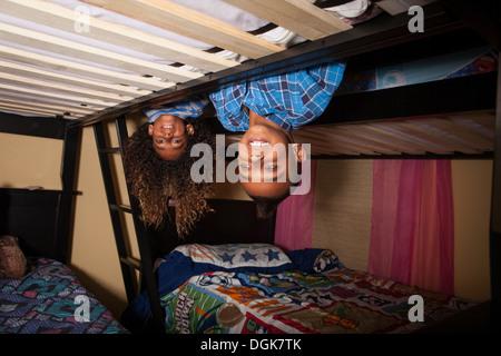 Zwei Brüder, beugte sich über Etagenbett - Stockfoto