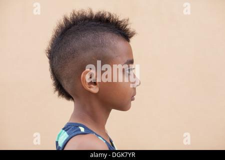 Porträt Eines Jungen Mit Mohawk Frisur Seitenansicht Stockfoto
