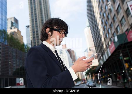 Junger Geschäftsmann mit MP3-player - Stockfoto