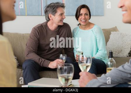 Ältere Freunde, Geselligkeit mit Weißwein - Stockfoto