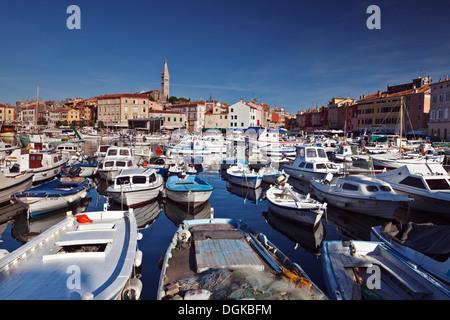 Boote im Hafen von Rovinj. - Stockfoto