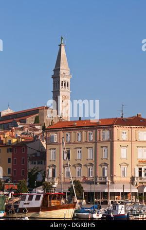 Turm der Kirche und am Hafen in Rovinj. - Stockfoto