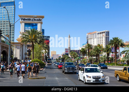 Verkehr am Las Vegas Boulevard South (The Strip) Blick nach Norden, Las Vegas, Nevada, USA - Stockfoto