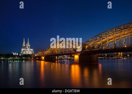 Blick vom Köln-Deutz, das Wallraf-Richartz-Museum, Koelner Dom, Kölner Dom und die Deutz-Brücke in der Nacht, Köln - Stockfoto