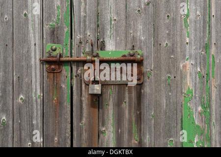Tür mit Schuppen und alten Bolzen und Sperre, North Rhine-Westphalia, PublicGround - Stockfoto