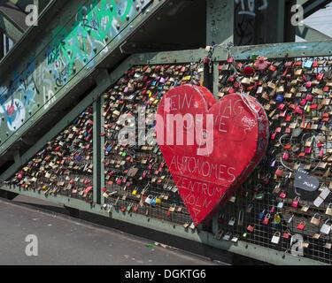 Riesenherz auf einer Brücke mit Liebe Vorhängeschlösser, Hohenzollernbrücke, Köln, Nordrhein-Westfalen - Stockfoto
