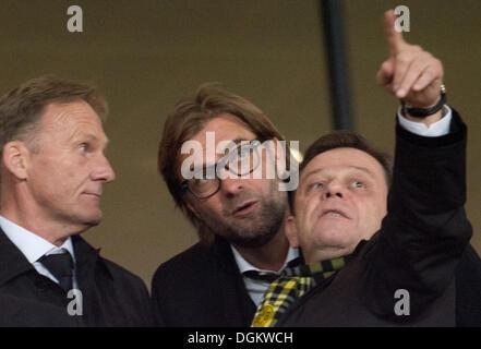 London, UK. 22. Oktober 2013. Dortmunds Manager Hans-Joachim Watzke (L), Cheftrainer Jürgen Klopp (C) und Direktor - Stockfoto