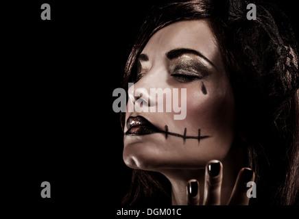 Böse Hexe auf schwarzem Hintergrund, Closeup Portrait von junge schöne Mädchen mit erschreckenden Make-up, schloss - Stockfoto