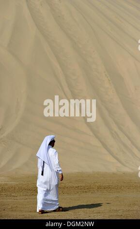 Qatari in traditioneller Kleidung mit Gutra, vor Khor Al Udeid Strand, Khor El Deid, Binnenmeer, Wüste Wunder von - Stockfoto