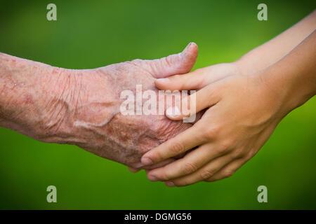 Ältere Frau und ein Kind Hand in Hand - Stockfoto