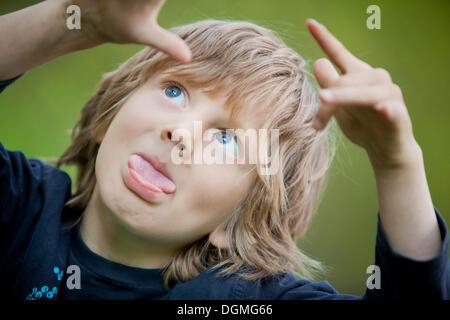 Junge, 5, Grimassen - Stockfoto