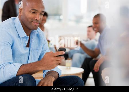 Büro Event. Ein Mann mit seinem Smartphone. - Stockfoto