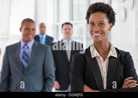 Business-Leute. Ein Team von Menschen, einer Abteilung oder Firma. Drei Männer und eine Frau.