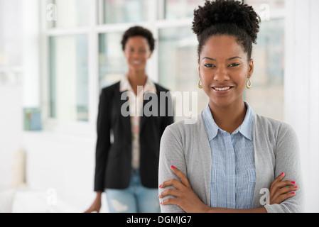 Geschäftsleute sprechen. Zwei Frauen. - Stockfoto