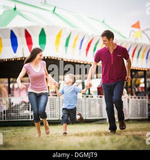 USA, Utah, Salt Lake City, glückliche Familie und Sohn (4-5) im Vergnügungspark - Stockfoto