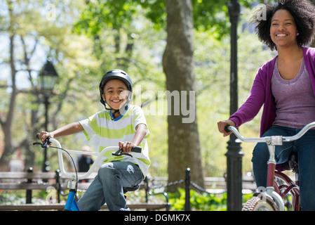 Eine Familie im Park an einem sonnigen Tag. Mutter und Sohn.