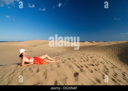 Frau vor Sanddünen von Maspalomas, Gran Canaria, Kanarische Inseln, Spanien - Stockfoto