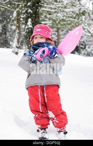 Kleines Mädchen Schultern ihre Schlitten - Stockfoto