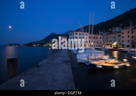 Mond über dem Hafen von Gargnano, Gardasee, Lombardei, Italien, Europa - Stockfoto