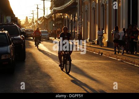 Sonnenuntergang auf den Straßen von Granada, Nicaragua. - Stockfoto