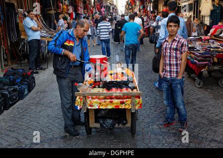 Mobile Orangensaft Verkäufern mit Granatäpfeln und Orangen, Basarviertel, Eminönü, Istanbul, europäische Seite, - Stockfoto