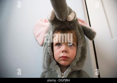 Bildnis eines Knaben, eine Elefant Kostüm tragen. - Stockfoto