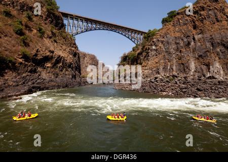 Wildwasser-rafting auf dem Sambesi-Fluss in Victoria Falls, Sambia Simbabwe Grenze, Afrika Stockfoto