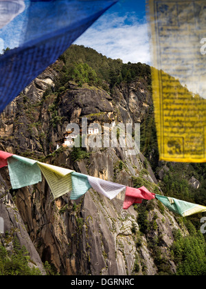 Bhutan, Paro-Tal, Gebetsfahnen Taktsang Lhakang (Tiger es Nest) Kloster Aussichtspunkt