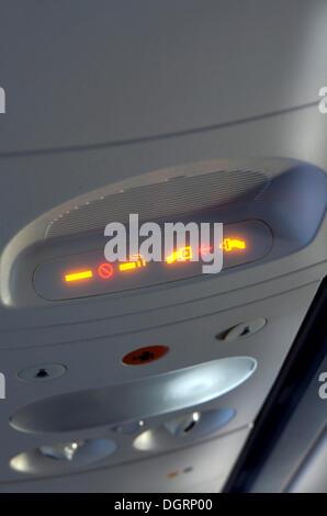 Sicherheitsgurt und nicht-rauchen-Indikator in einem Flugzeug im Flug - Stockfoto