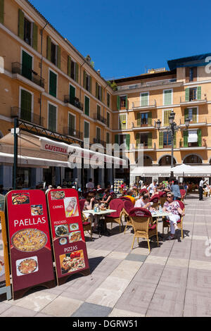 Zentralen Straßencafés bieten Paella am Plaça de großen quadratischen, historische Stadtzentrum, Palma de Mallorca, - Stockfoto