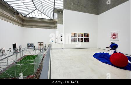 """Dresden, Deutschland. 25. Oktober 2013. Die Kunstwerke """"Sicherheit"""" (links, 2006-2013) von Jane Alexander und """"Wish - Stockfoto"""