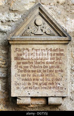 Alte steinerne Gedenktafel, 17. Jahrhundert, mit Zeilen über Doktor Faustus bei seinem Besuch unseres Gasthauses - Stockfoto