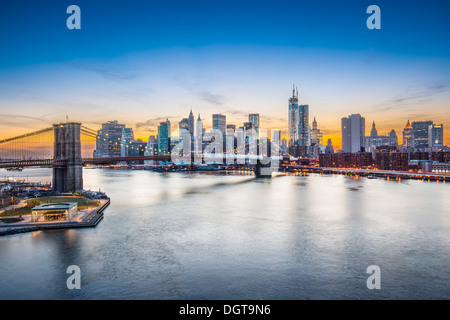 Blick auf New York City über den East River in Richtung das Finanzviertel im Stadtteil Manhattan.